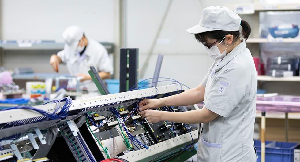 ヤギヌマ流通サービスの本社内工場で電力設備を製造しているようす