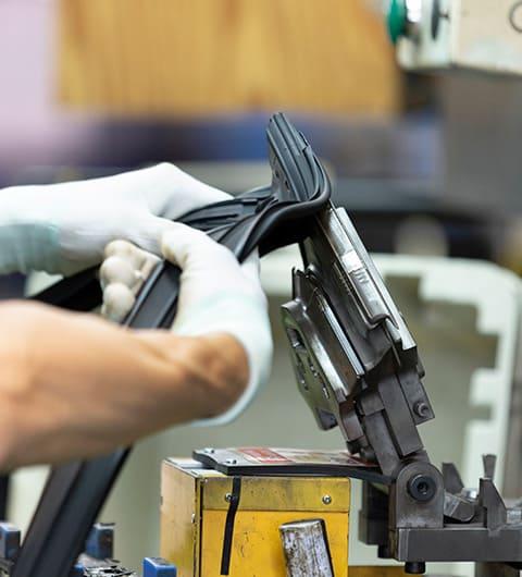 ヤギヌマ流通サービスの業務請負実例としてクライアントの自動車部品工場で製造を担っているようす