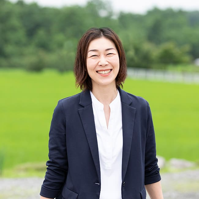 明るく爽やかな笑顔を見せるヤギヌマ流通サービスの旅行事業部女性アドバイザー