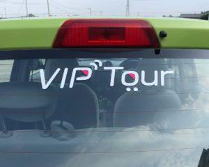 ヤギヌマ流通サービス 社用車のVIP Tourロゴマーク